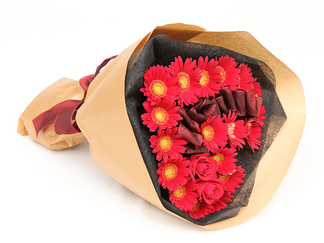 ガーベラとバラのハート型花束 告白