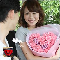 カーネーションとバラのハート型花束ピンクレッド