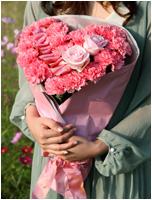 カーネーションとバラのハート型花束 5400円(税込)