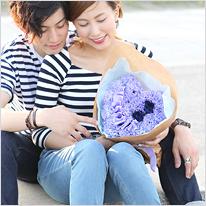 紫カーネーションと青バラのハート型花束ブルーバージョン